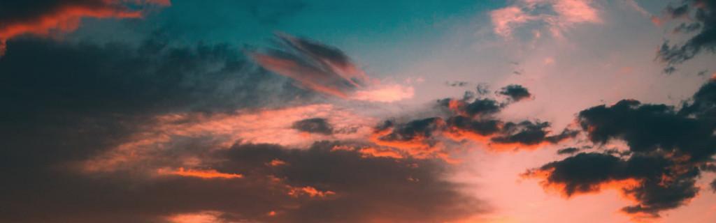 Wolkenhimmel bei Sonnenuntergang