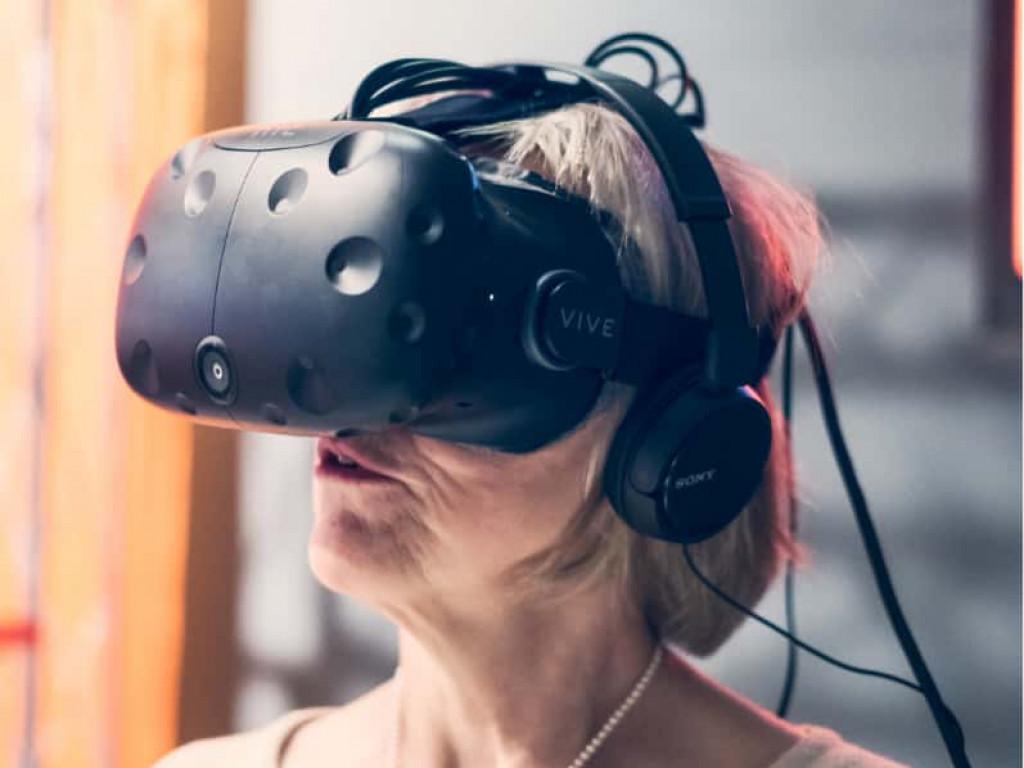 """Ältere Dame bei der Verwendung einer """"Virtual Reality""""-Brille im Universum® Bremen"""