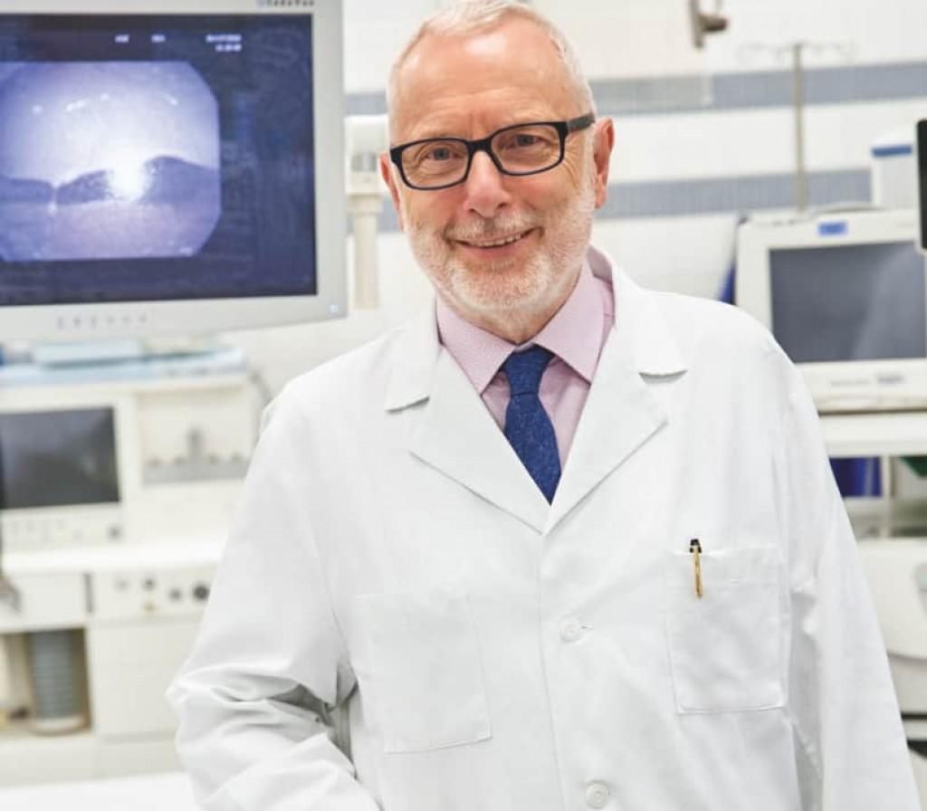 Portrait von Prof. Dr. Ukena in seinem Labor