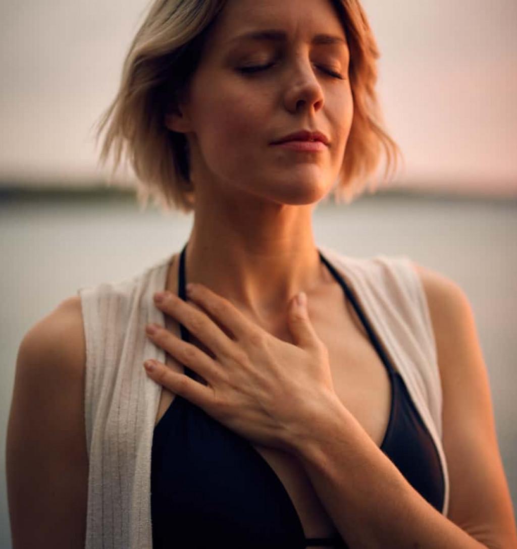 Eine junge Frau bei einer Atemübung