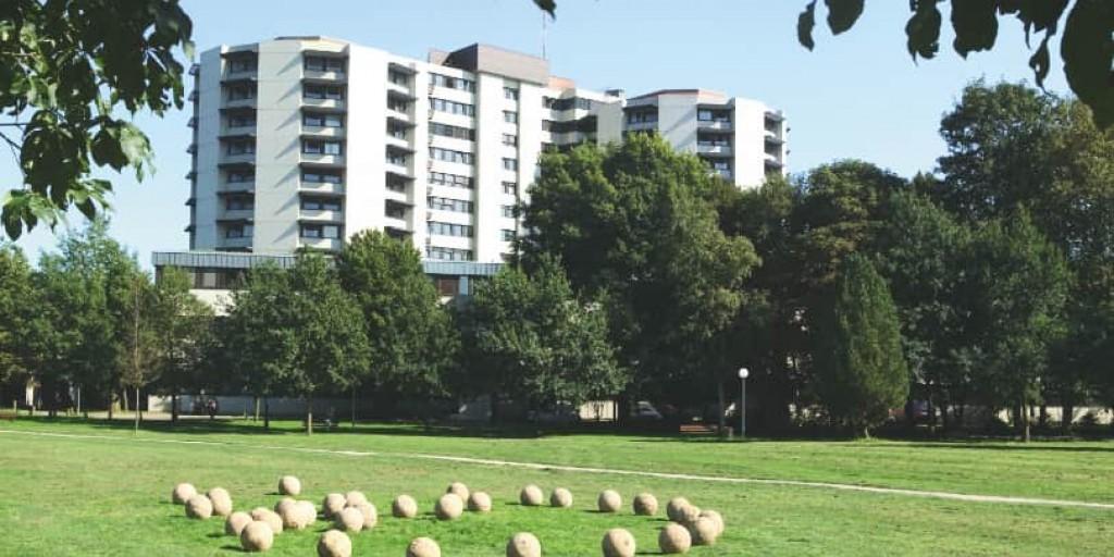 Aufnahme des Klinikums Bremen-Ost. Zu sehen sind das Hauptgebäude und die Parkanlage